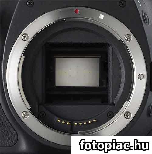 Egy digitális tükörreflexes fényképezőgép objektívfoglalata a felcsapható tükörrel