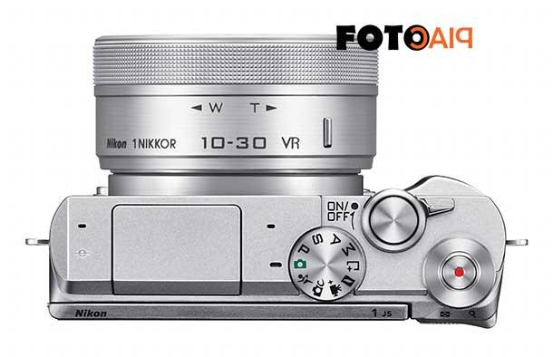 Felülről a Nikon 1 J5 digitális cserélhető objektíves fényképezőgép